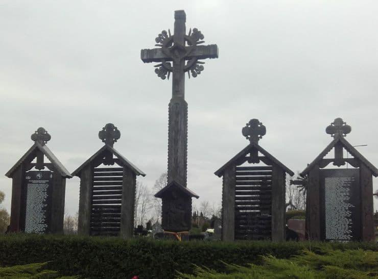 Paminklas partizanams ant milžinkapio Dauguose (foto: Kęstutis Rinkevičius)